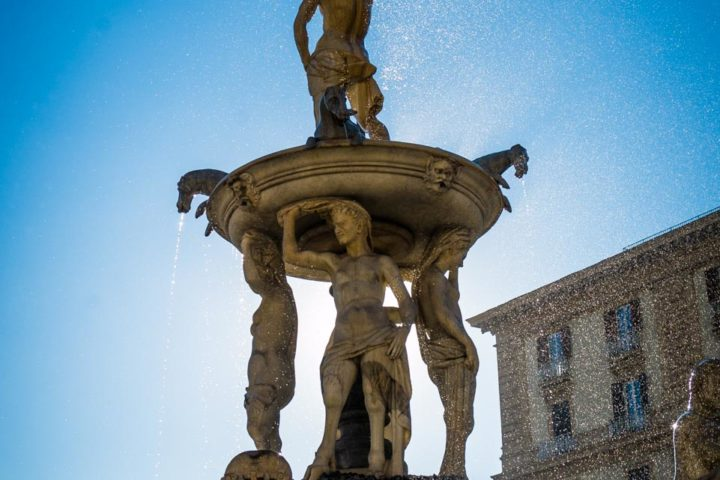 Highlights of Naples - A particular of the top of the fountain