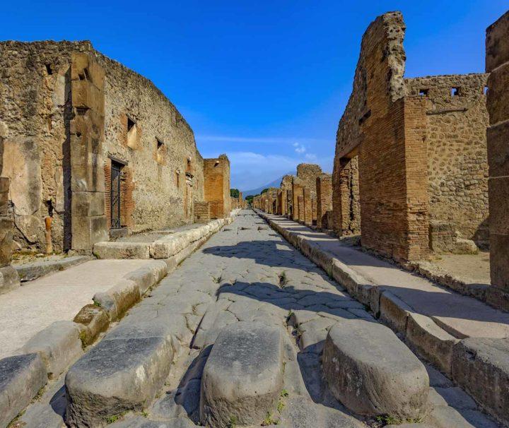 Visit Pompeii - A street od Pompeii off-peak season